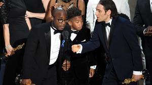 Barry Jenkins (izquierda) y miembros del equipo de 'Moonlight' celebran el Oscar a la mejor película.