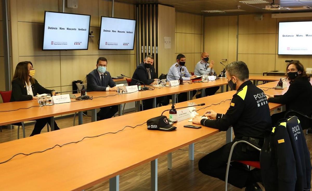 Meritxell Budó, Pere Aragonès, Miquel Samper y Ada Colau, en la reunión para hablar sobre los disturbios en la ciudad.