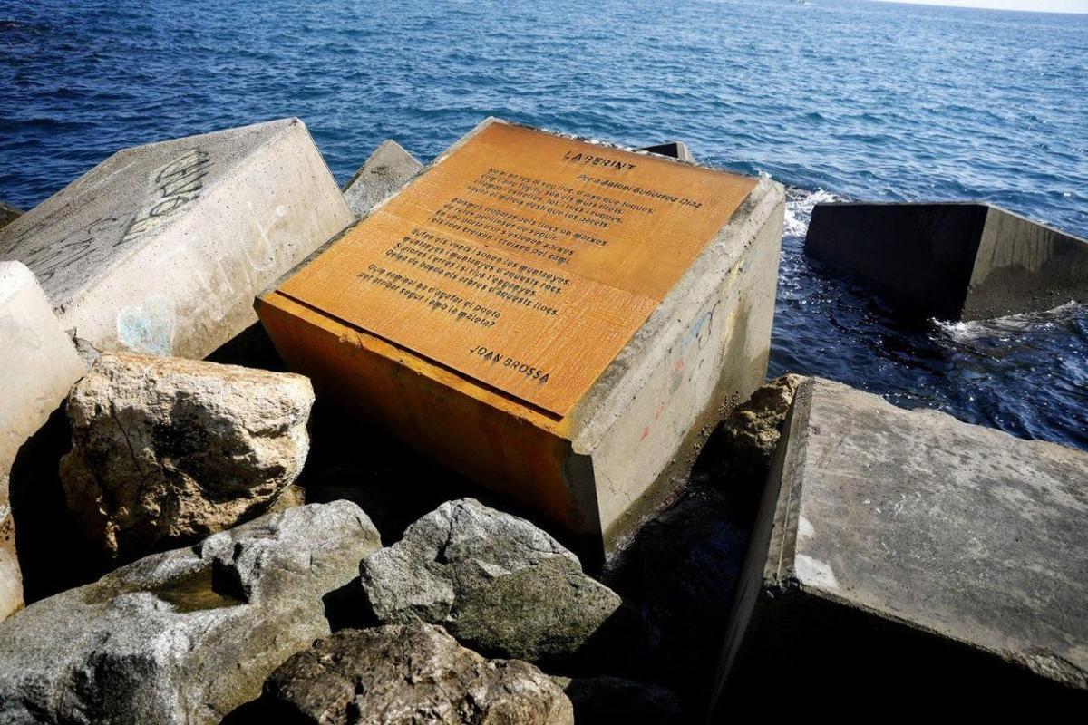 El poema de Joan Brossa dedicado a El Guti en el espigón de la Mar Bella que ya lleva el nombre del político.