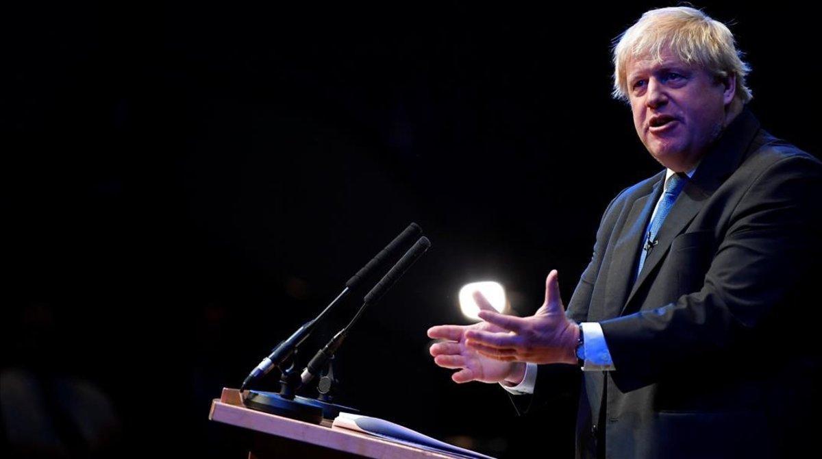 Boris Johnson se dirige a los delegados del congreso conservador británico, el Birmingham, el 2 de octubre del 2018.
