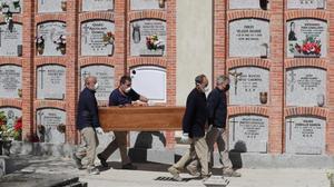 Madrid permetrà la circulació a cementiris d'àrees restringides el dia de Tots Sants