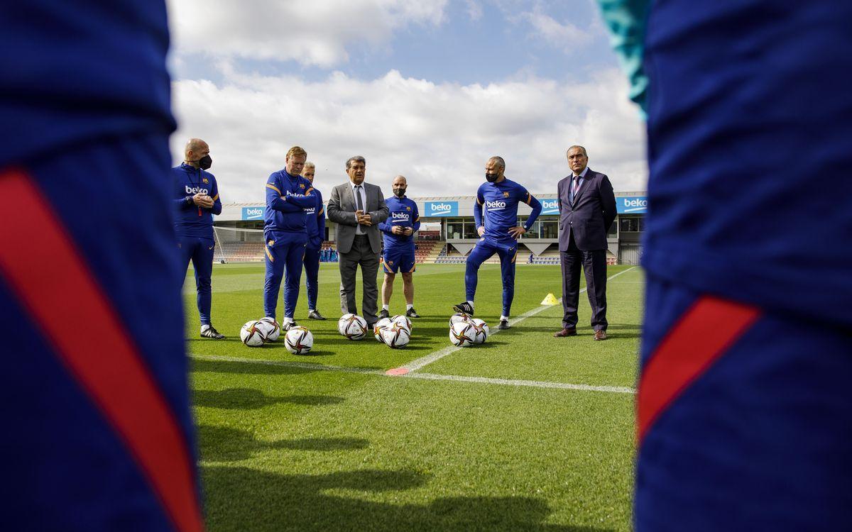Laporta junto a Koeman y la plantilla del Barça en un entrenamiento en la ciudad deportiva de Sant Joan Despí.