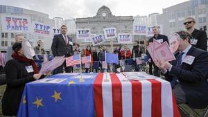 Protesta del grupoeuropeo de Los Verdes, contra el tratado de libre comercio entre la Union Europea y Estados Unidos TTIP, frente al Parlamento Europeo en Bruselas, Bélgica.
