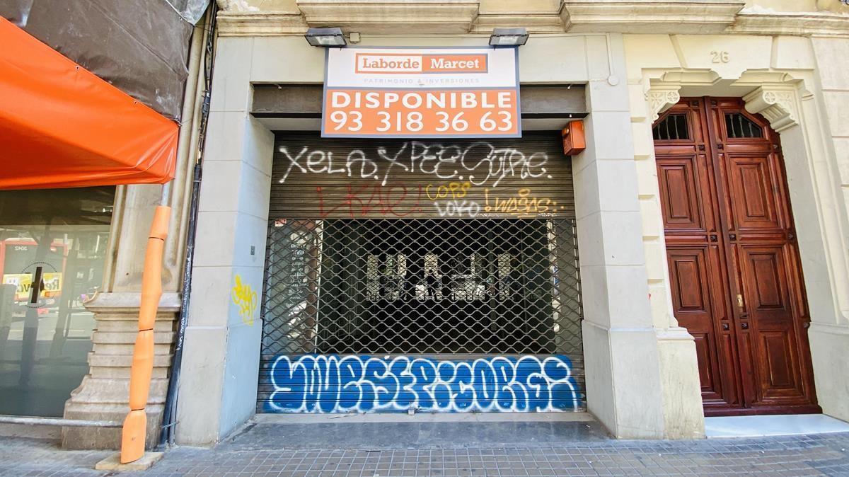 Uno de los establecimientos cerrados y disponibles en el Gòtic, en Barcelona.
