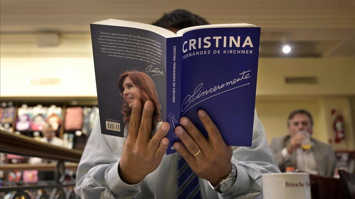 Un hombre lee en una cafetería de Buenos Aires el libro Sinceramente, escrito porCristina Fernández de Kirchner.