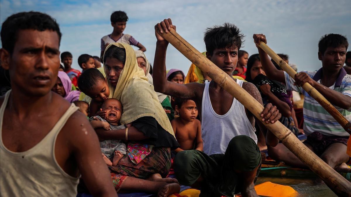 Refugiados rohinyás cruzan el ríoNaf con el propósito deentrar en Bangladés.