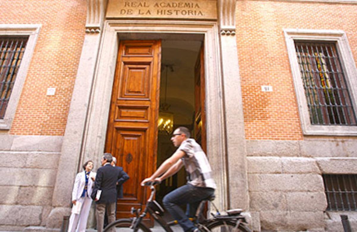 La puerta de acceso a la Real Academia de la Historia, en Madrid.
