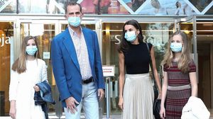 Los Reyes y sus hijas, Leonor y Sofía, a su llegada a los Teatros del Canalpara asistir a una representación de 'El amor brujo, el 19 de junio.