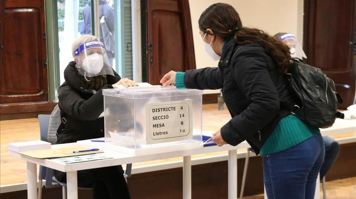 Simulación de voto del 14-F en la sede electoral de la Masia Freixa, en Terrassa, el 10 de febrero.
