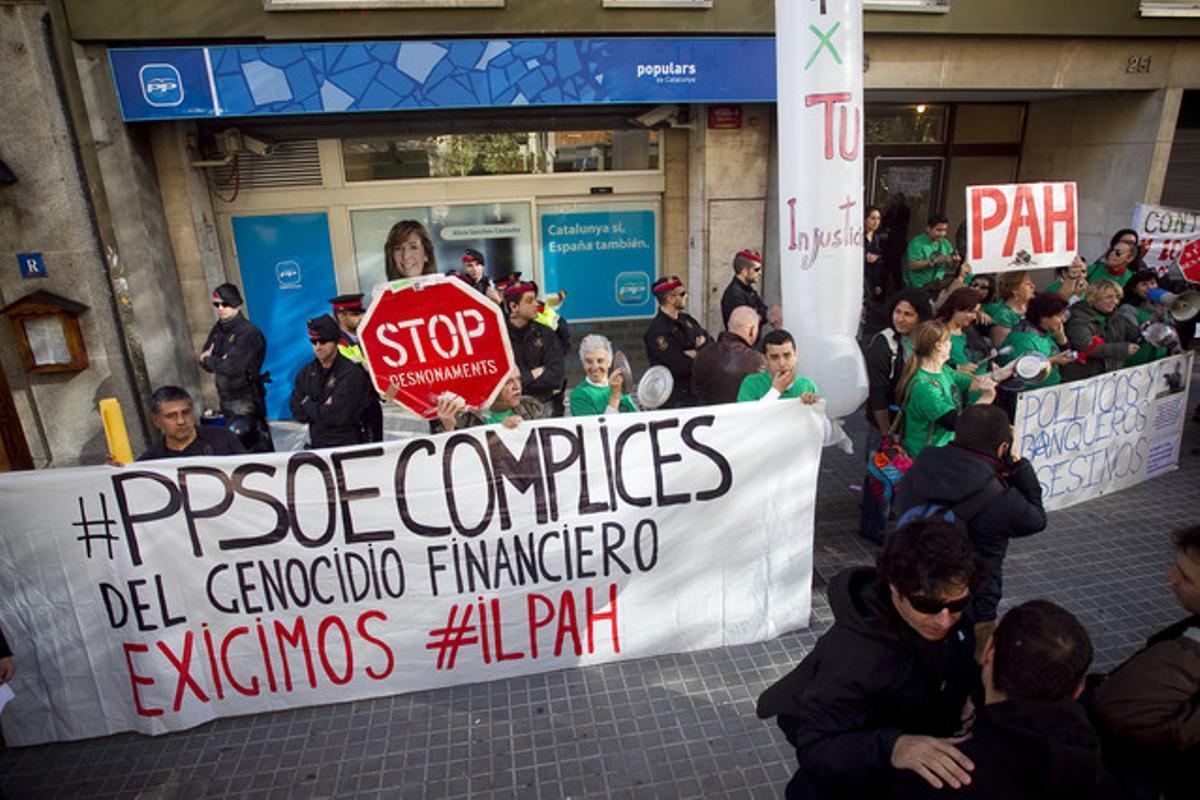Cacerolada de la PAH ante la sede del PP de Barcelona, hace un mes.
