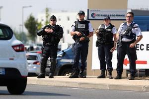 Refuerzo de la seguridad 8 Policías franceses en un campus de verano cerca de París, el martes.