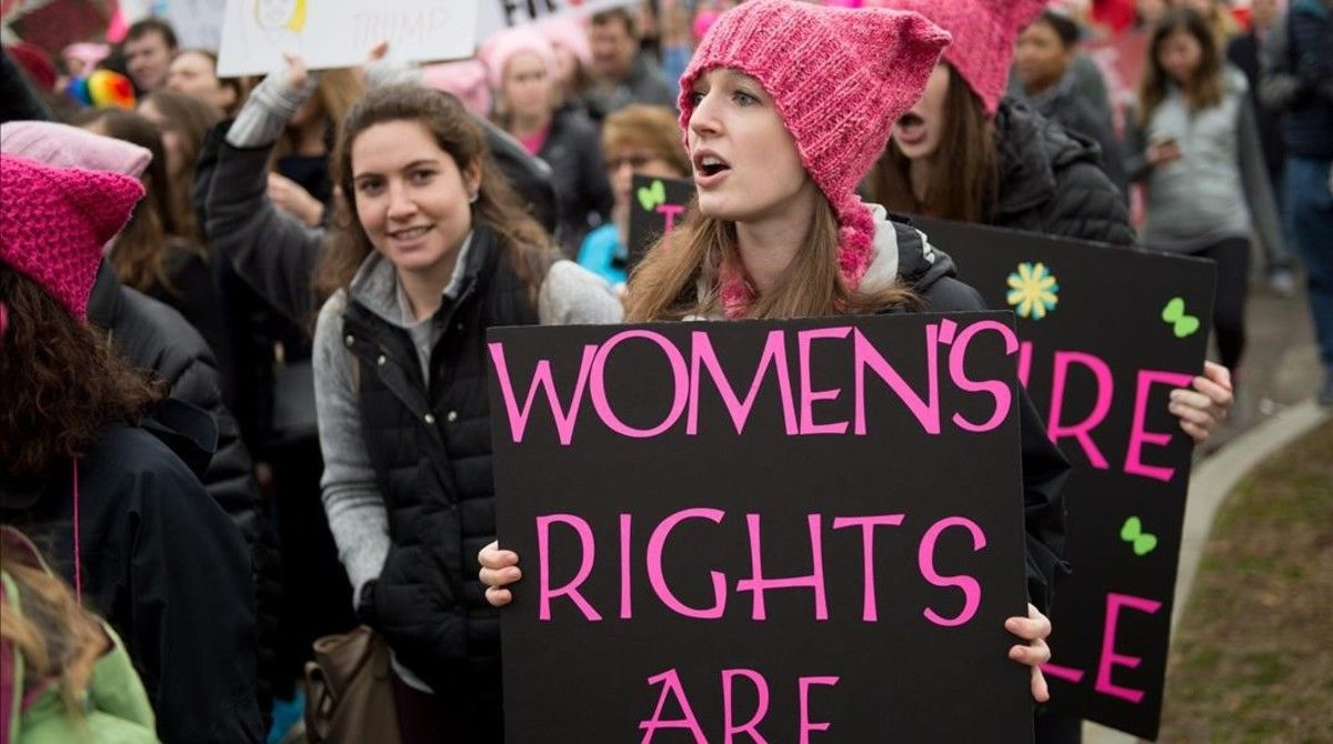 Una joven con una pancarta en Independence Avenue, en Washington, este sábado.