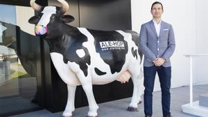 Dario Grimalt, consejero de Alehop, posa junto al emblema de la firma