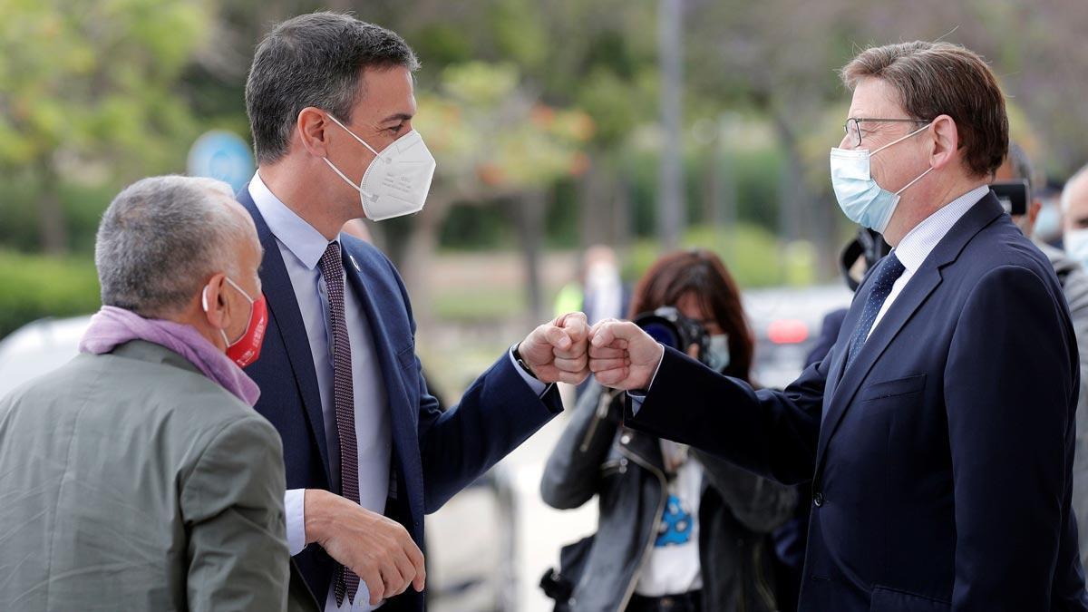 El presidente del Gobierno, PedroSánchez, saluda al 'president' de la Generalitat, Ximo Puig, en presencia del secretario general deUGT, Pepe Álvarez, a su llegada a la segunda jornada del 43 Congreso Confederal deUGT.