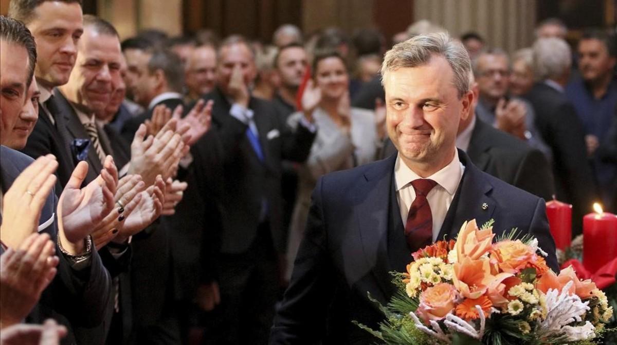 Norbert Hofer, el candidato presidencial del FPÖ, aplaudido en el último acto de campaña en Viena, el 2 de diciembre.