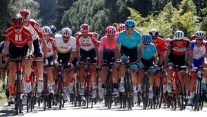 El pelotón durante la segunda etapa de la Volta a Catalunya del 2019.