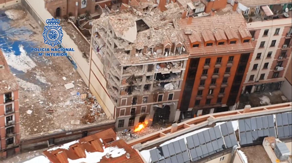 Vista aérea del edificio afectado por la explosión de gas en la calle de Toledo de Madrid.