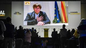 Carles Puigdemont recibe tras su discurso el aplauso de los asistentes al congreso constituyente de la Crida.