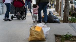 Bolsas de basura en la acera de Gran de Sant Andreu, la mañana del 25 de mayo
