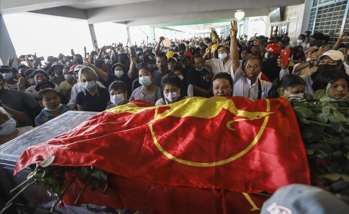 Cientos de personas asisten al funeral por un manifestante muerto en la represión policial de Rangún.