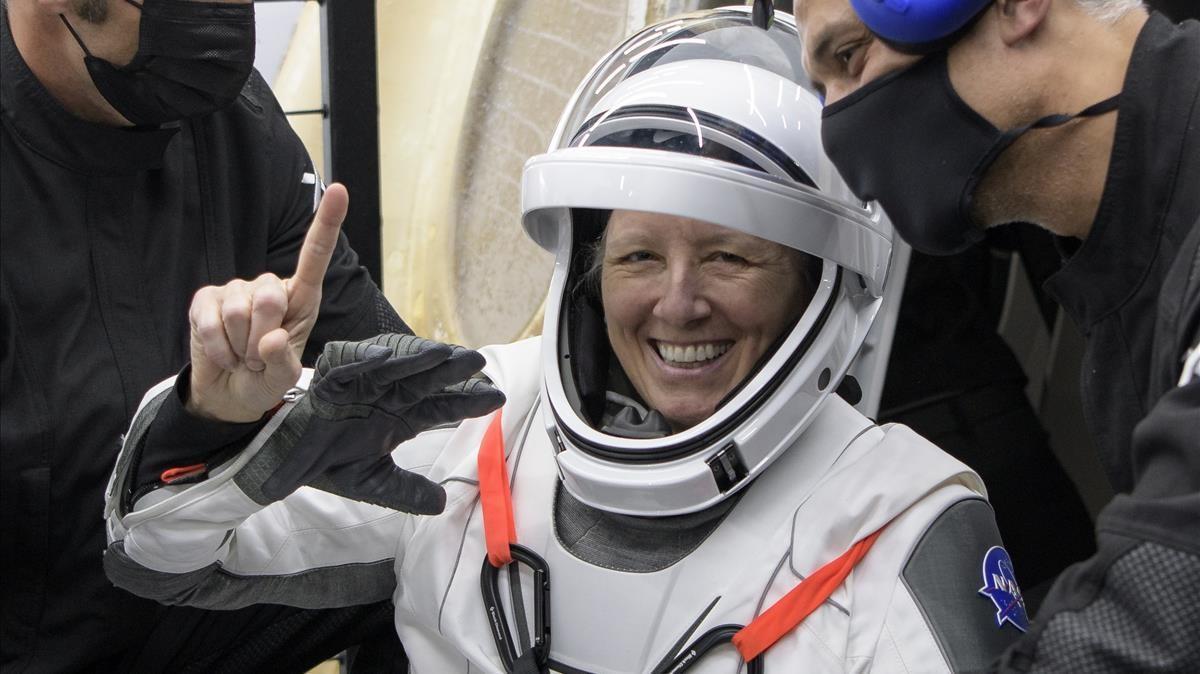 La astronauta de la NASA Shannon Walker es ayudada a salir de la nave espacial SpaceX Crew Dragon Resilience.