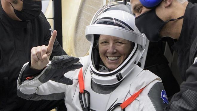 Concluye el primer viaje comercial tripulado de la NASA tras el retorno de la cápsula