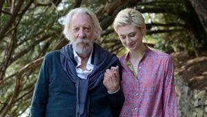Donald Sutherland yElizabeth Debicki, en un fotograma de la película 'Una obra maestra'.