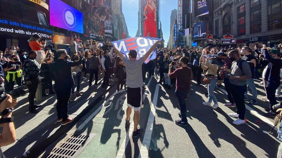 Una multitud celebra la victoria de Biden, este sábado, en el Times Square de Nueva York.