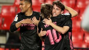 Los jugadores del Madrid celebran uno de los goles ante el Granada.