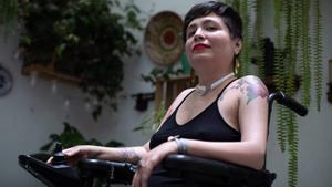 Ana Estrada en su silla de ruedas