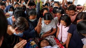 Funeral de una víctima fallecida por un disparo de los militares durante una protesta en Mandalay (Birmania).