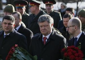 Poroshenko, en el centro, durante un acto celebrado ayer en Kiev.