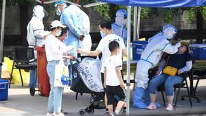 La Comisión Nacional de Salud de China informó hoy de 40 nuevos casos de COVID-19 detectados el lunes, 8 de ellos procedentes del exterior y 32 a nivel local, de los cuales 27 se registraron en Pekín, tras el brote de coronavirus detectado en el principal mercado de la capital.