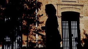 La silueta de Isabel Díaz Ayuso, sobre la fachada de un edificio de Chamberí, su barrio madrileño.