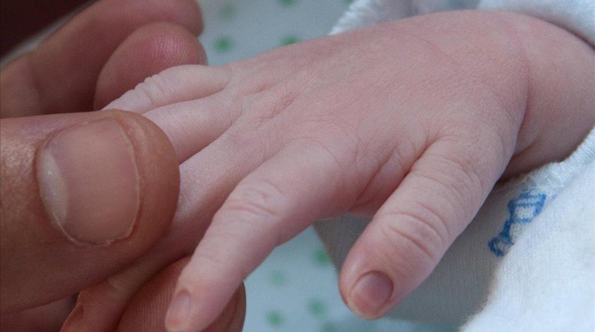 La mano de un bebé.