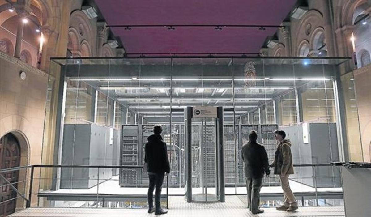Becarios a las puertas del Centro de Supercomputación de la Torre Girona, el miércoles pasado.