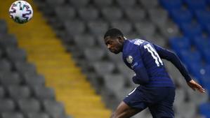 Dembélé cabecea en el duelo de la selección francesa ante Kazajistán.
