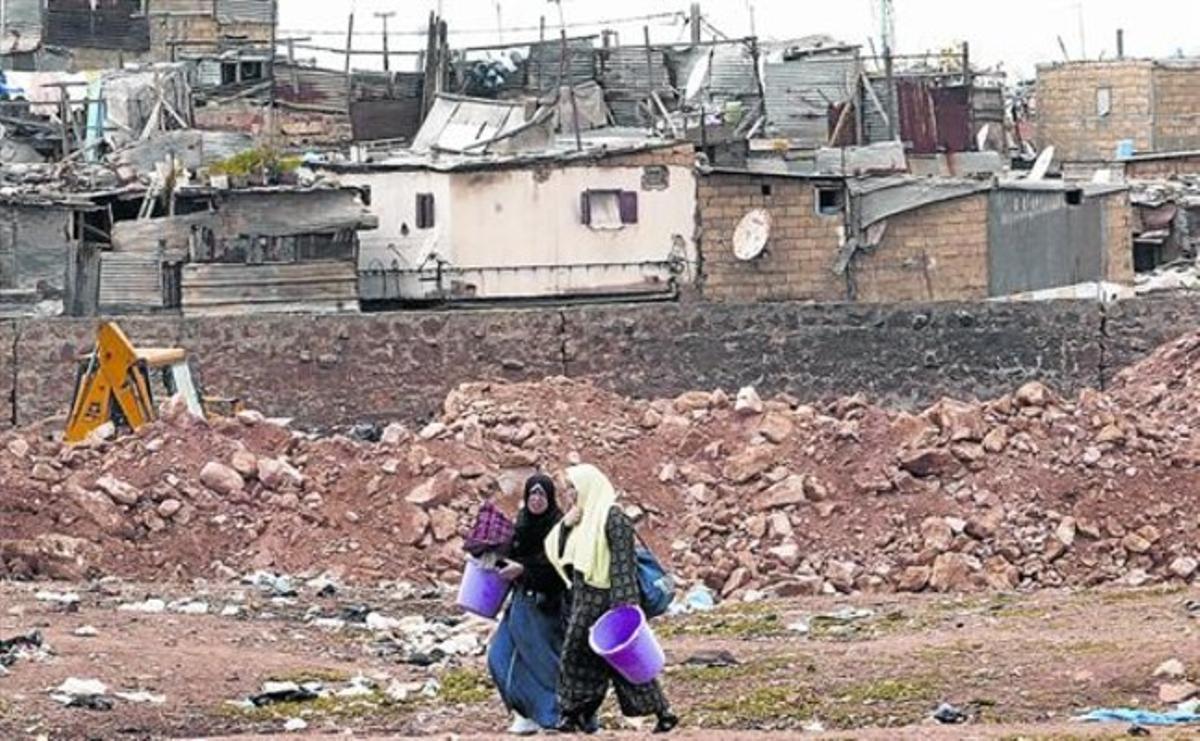 Barrios castigados 8 Dos mujeres en el paupérrimo suburbio de Duar Skuela, en la ciudad marroquí de Casablanca.
