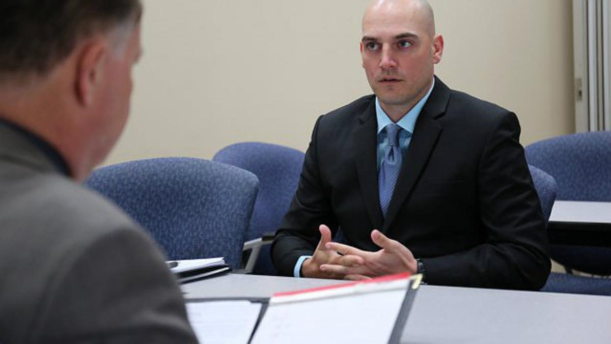 Un hombre se somete a una entrevista de trabajo.
