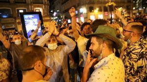 Cientos de jóvenes celebran el fin del estado de alarma, el pasado sábado por la noche, en la Puerta del Sol (Madrid).