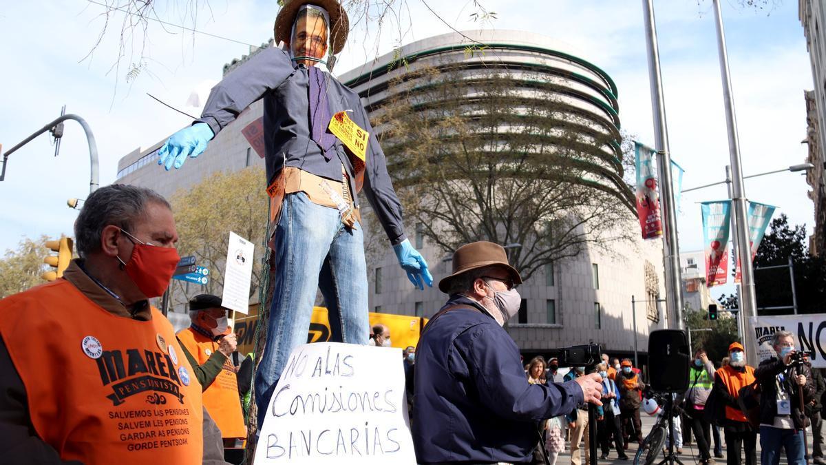 dijous, 25 març 2021 Barcelona  Concentracion contra las comisiones abusivas de la banca Pla obert de la concentració convocada per la Marea Pensionista de Catalunya i la Coordinadora Estatal per la Defensa del Sistema Públic de Pensions davant la seu del Banc d'Espanya de Barcelona, el 25 de març del 2021FOTO: ACN / Aina Martí