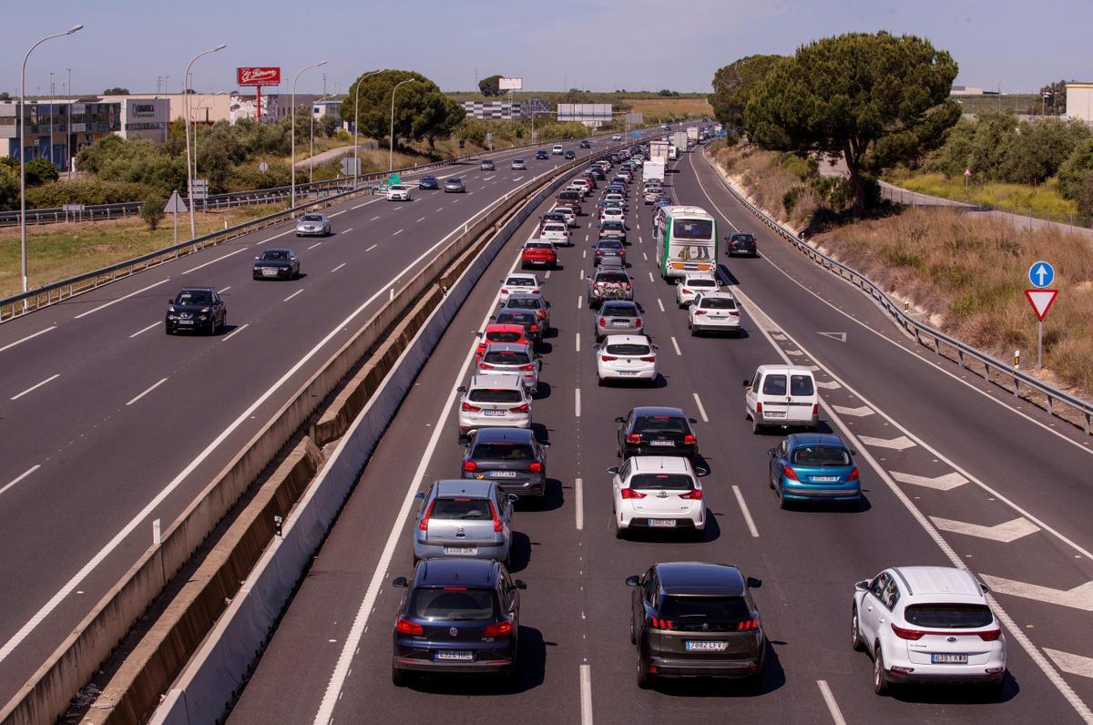 Retenciones el pasado sábado en la autovía A-49 en dirección a Huelva, que reflejan que el fin de las restricciones han animado a muchos ciudadanos a desplazarse hasta las playas de la provincia.