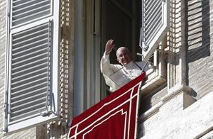El Papa saluda somrient des de la finestra dels Palaus Apostòlics, a la plaça de Sant Pere, ahir.