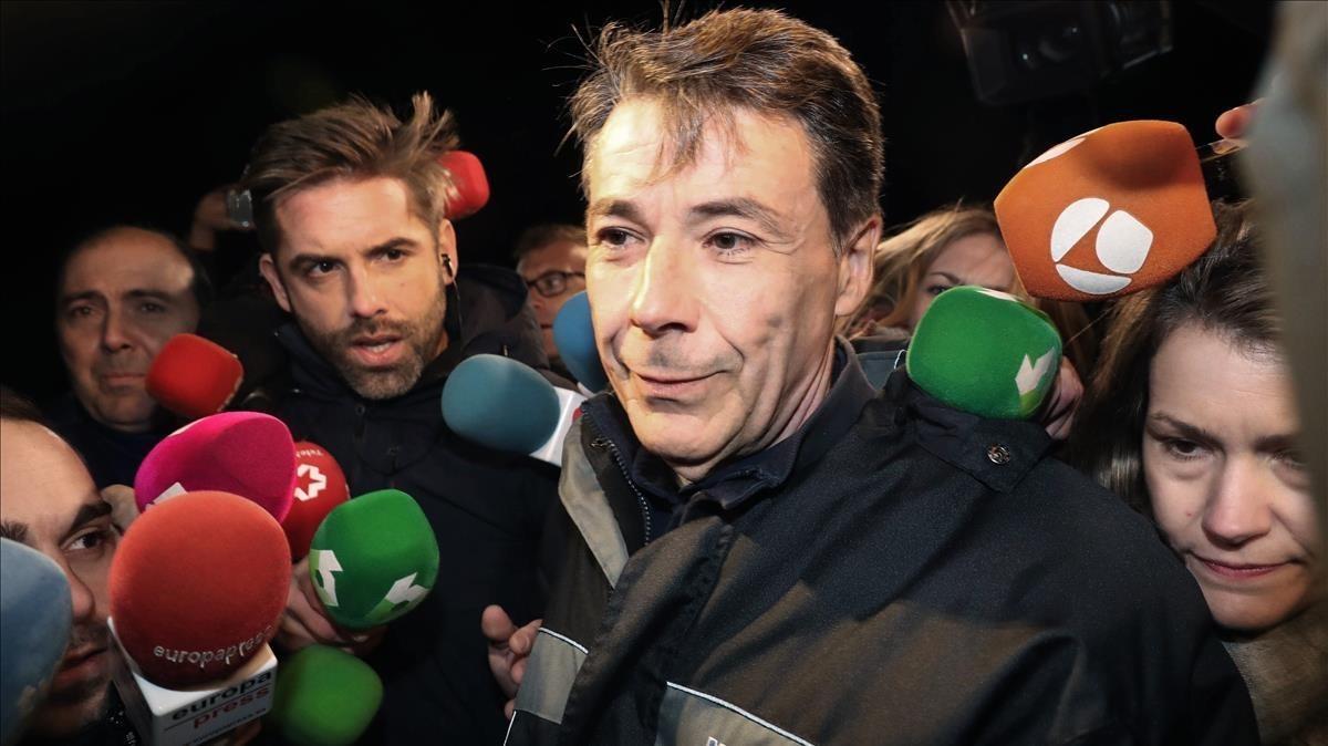 Ignacio González rodeado de medios, tras su salida de prisión.