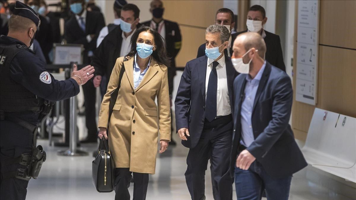 Sarkozy, en el centro de la imagen, junto a su abogadaJacqueline Laffont, a su llegada  al tribunal de París.