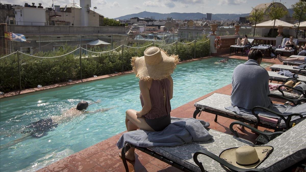 Imagen de archivo de turistas en una piscina.