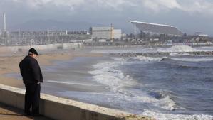 Detectat un alt nivell de residus a la platja de la Mar Bella de Barcelona