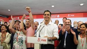 Pedro Sánchez tras ganar las primarias a la secretaría general del PSOE, ayer, en la sede del partido en Ma drid.