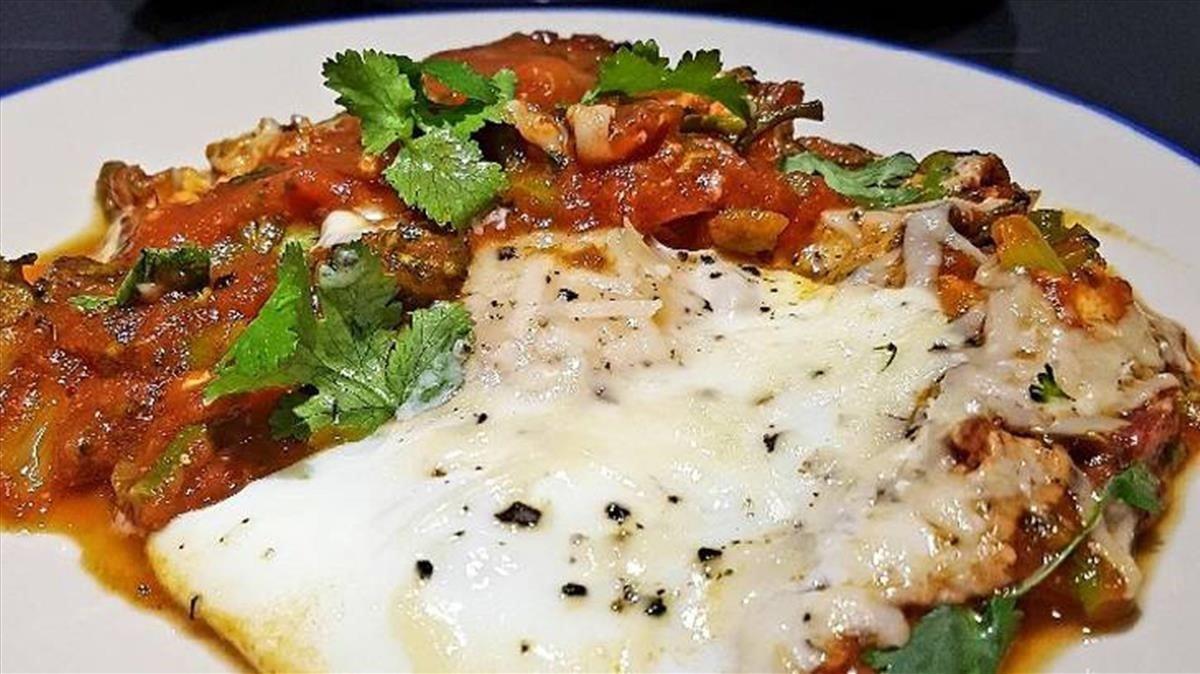 Un plato aderezado con cilantro.
