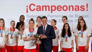 La Selección española de Baloncesto, campeonada de Europa, junto al presidente del Gobierno en funcionesPedro Sánchez, que sujeta la copa junto a la capitana Laia Palau.